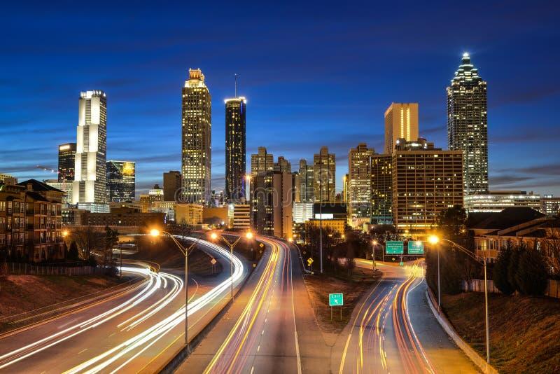 Im Stadtzentrum gelegene Skyline Atlantas während der Dämmerung stockbild