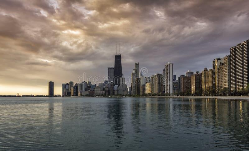 Im Stadtzentrum gelegene Skyline Chicagos während des Sonnenaufgangs stockfoto