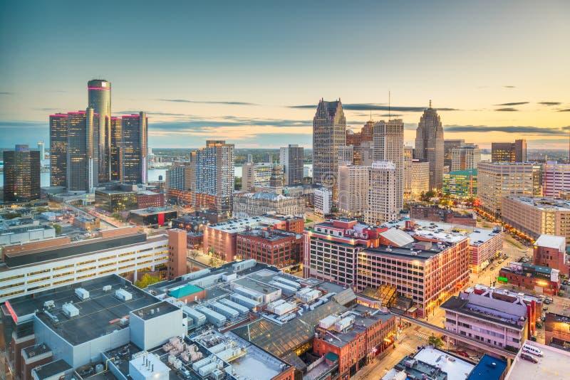 Im Stadtzentrum gelegene Skyline Detroits, Michigan, USA an der Dämmerung lizenzfreies stockbild