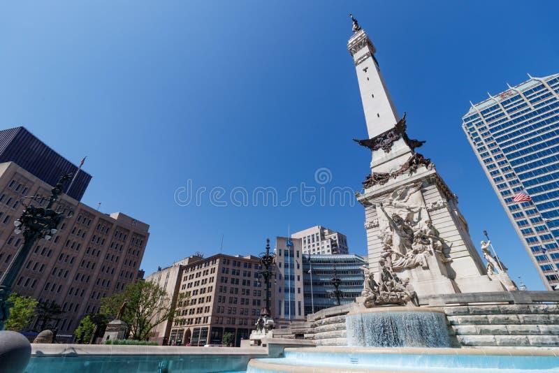 Im Stadtzentrum gelegene Skyline Indianapolis und die Soldaten und das Seemann-Monument auf Sunny Day IX lizenzfreies stockbild