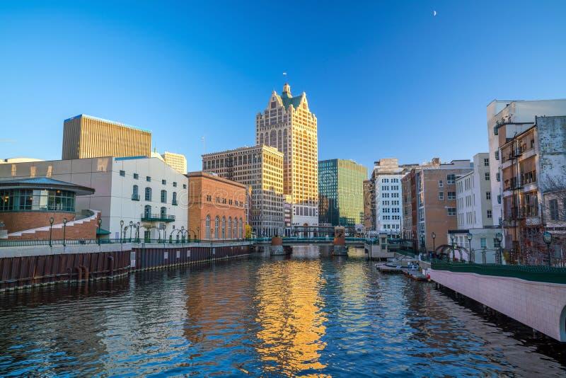 Im Stadtzentrum gelegene Skyline mit Gebäuden entlang dem Milwaukee-Fluss stockfotos