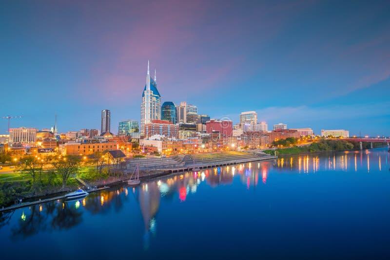 Im Stadtzentrum gelegene Skyline Nashvilles, Tennessee mit Cumberland River in USA lizenzfreie stockfotos