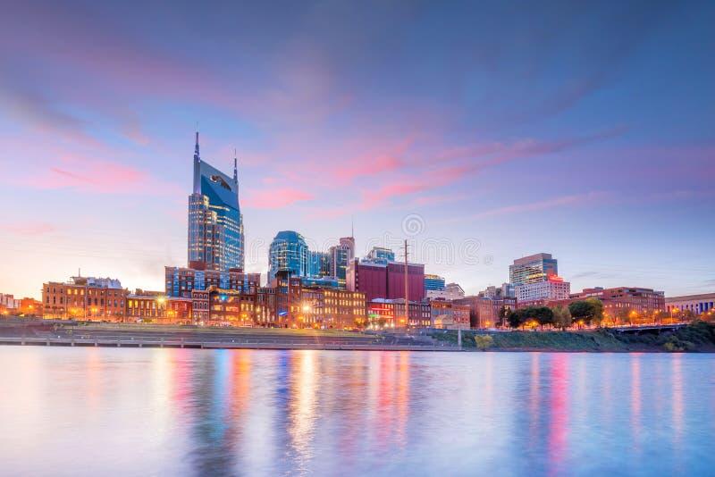 Im Stadtzentrum gelegene Skyline Nashvilles, Tennessee mit Cumberland River in USA lizenzfreie stockfotografie
