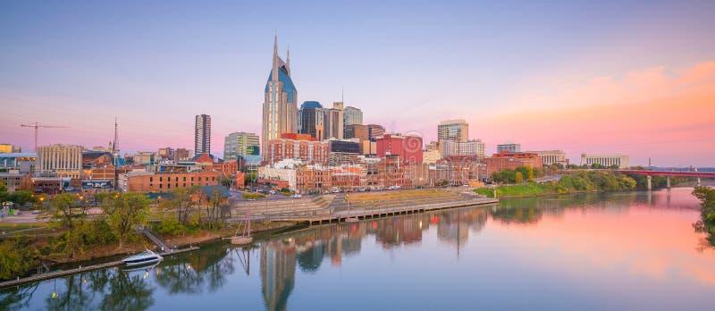 Im Stadtzentrum gelegene Skyline Nashvilles, Tennessee mit Cumberland River in USA stockfoto