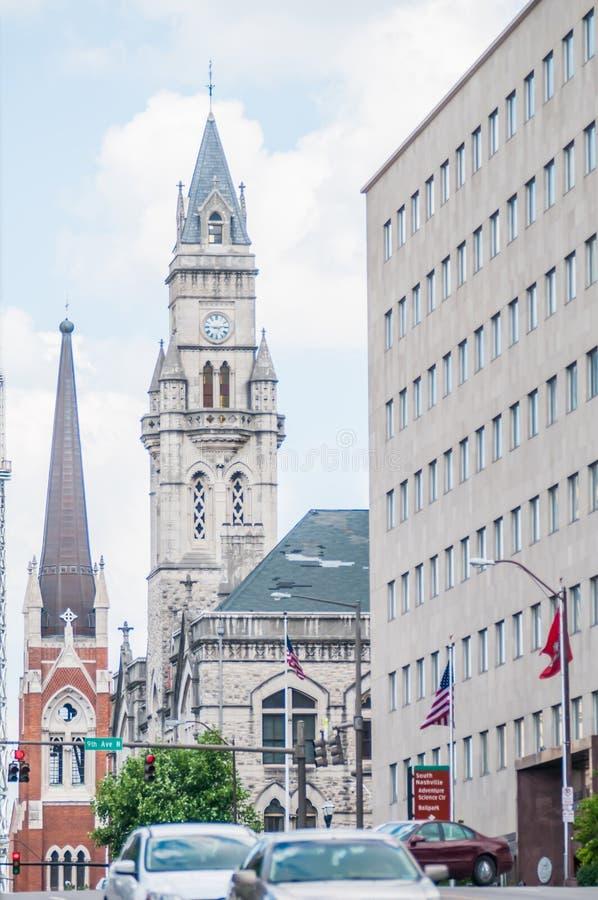 Im Stadtzentrum gelegene Skyline Nashvilles, Tennessees und Straßen lizenzfreies stockbild