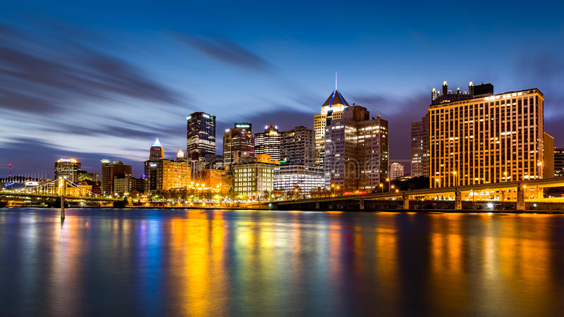 Im Stadtzentrum gelegene Skyline Pittsburghs an der Dämmerung stockfotografie