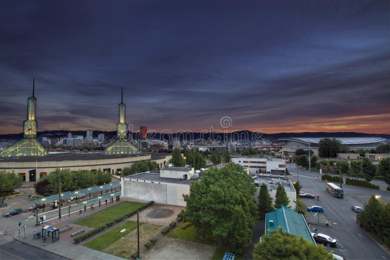 Im Stadtzentrum gelegene Skyline Portland-Oregon am Sonnenuntergang lizenzfreie stockfotos