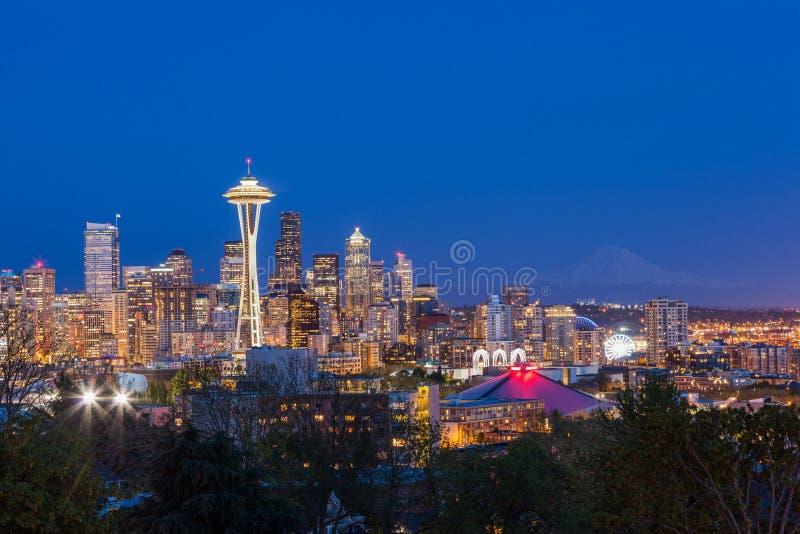 Im Stadtzentrum gelegene Skyline Seattles und Mt Regnerischer nachts, Washington lizenzfreies stockfoto