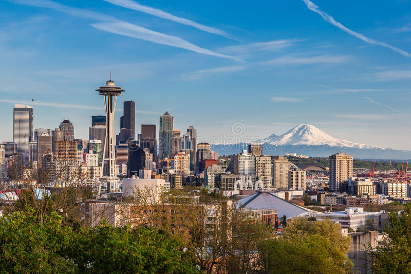 Im Stadtzentrum gelegene Skyline Seattles und Mt Regnerischer, Washington lizenzfreies stockfoto
