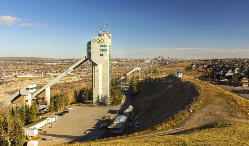 Im Stadtzentrum gelegene Skyline Ski Jump Tower Canada Olympic-Park-Calgarys stockbild