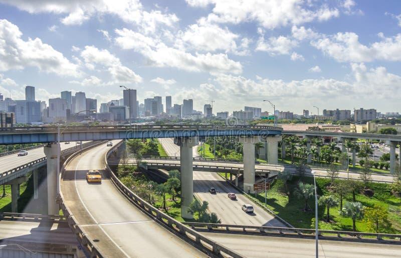Im Stadtzentrum gelegene Skyline und Autobahnen Miamis stockfoto