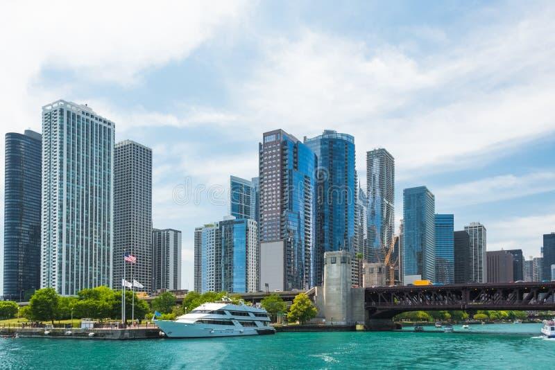 Im Stadtzentrum gelegene Skylineansicht Chicagos von einem Boot stockfotografie