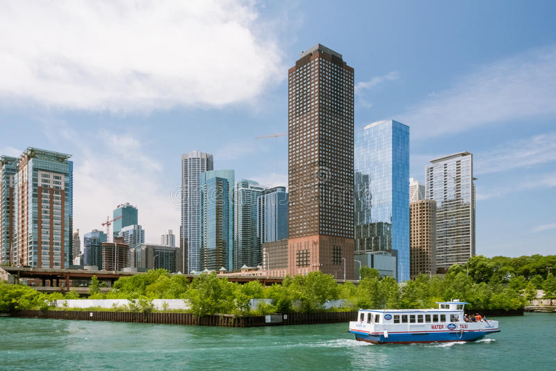 Im Stadtzentrum gelegene Skylineansicht Chicagos von einem Boot stockbild