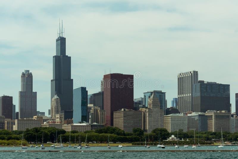 Im Stadtzentrum gelegene Skylineansicht Chicagos von einem Boot lizenzfreie stockbilder