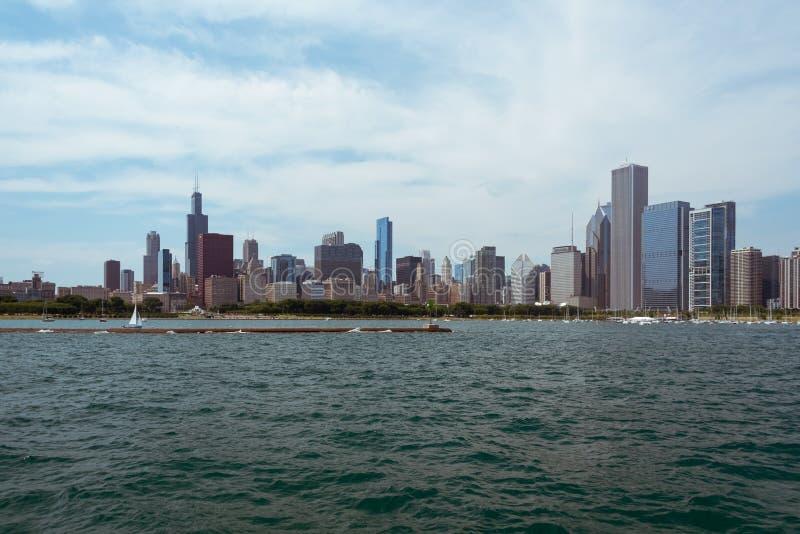 Im Stadtzentrum gelegene Skylineansicht Chicagos von einem Boot stockfoto