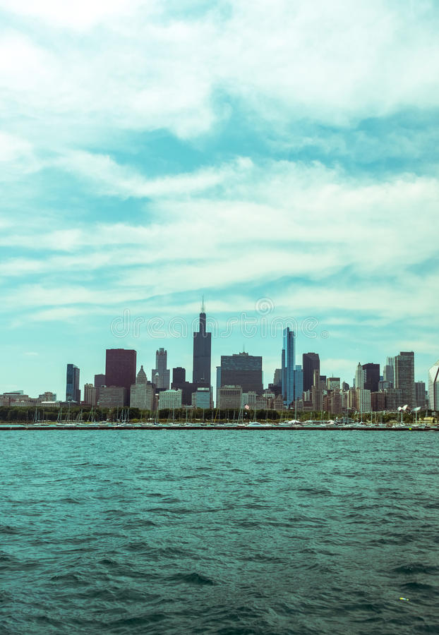 Im Stadtzentrum gelegene Skylineansicht Chicagos von einem Boot stockfotos