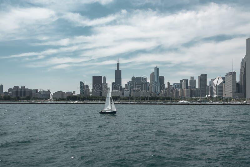 Im Stadtzentrum gelegene Skylineansicht Chicagos von einem Boot stockbilder