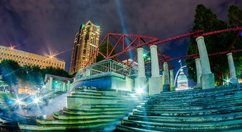 Im Stadtzentrum gelegene Skylinegebäude St. Louis nachts lizenzfreie stockfotografie