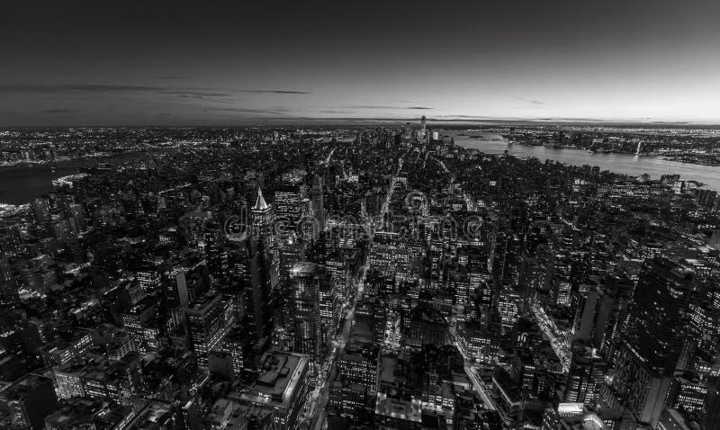 Im Stadtzentrum gelegene Skylinewolkenkratzer New York City - Manhattans an der Nacht und an der Dämmerung USA stockfotos
