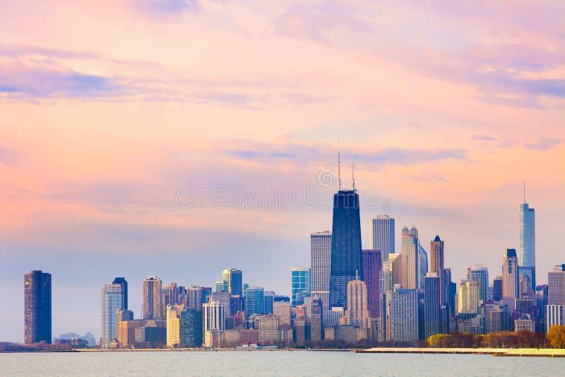 Im Stadtzentrum gelegene Stadtskyline von Chicago an der Dämmerung lizenzfreie stockfotografie