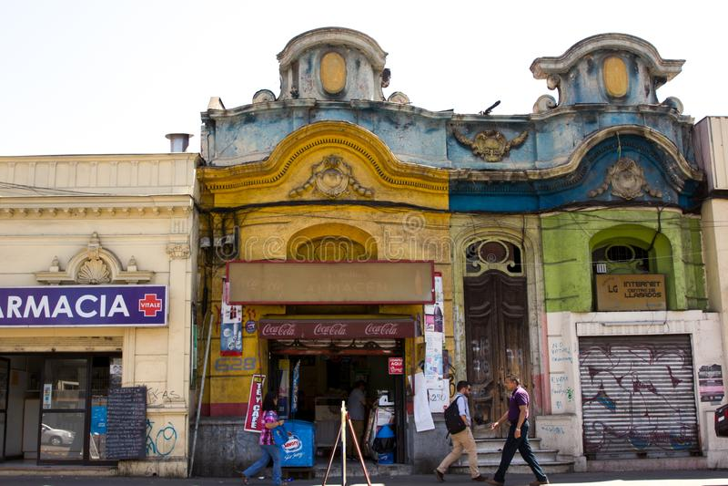 Im Stadtzentrum gelegene Straßen in Santiago de Chile mit den einzigartigen Altbauten, die moderne Geschäfte unterbringen stockbild