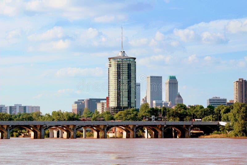 Im Stadtzentrum gelegene Tulsa-Skyline vom Arkansas River lizenzfreie stockfotografie