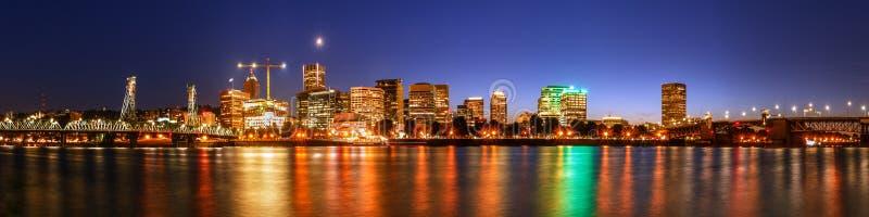 Im Stadtzentrum gelegene Ufergegend Portlands nachts, Stadt-Skyline stockbild