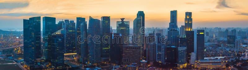 Im Stadtzentrum gelegene Wolkenkratzer Singapurs bei Sonnenuntergang lizenzfreie stockfotografie