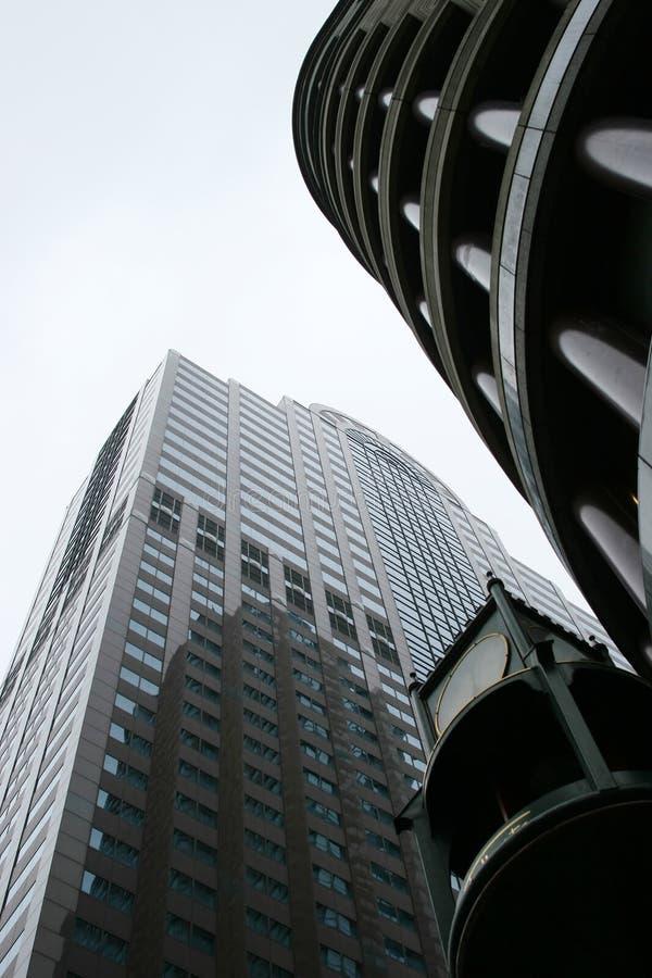 Im Stadtzentrum gelegene Wolkenkratzer - städtische Stadtkontrolltürme stockfotos