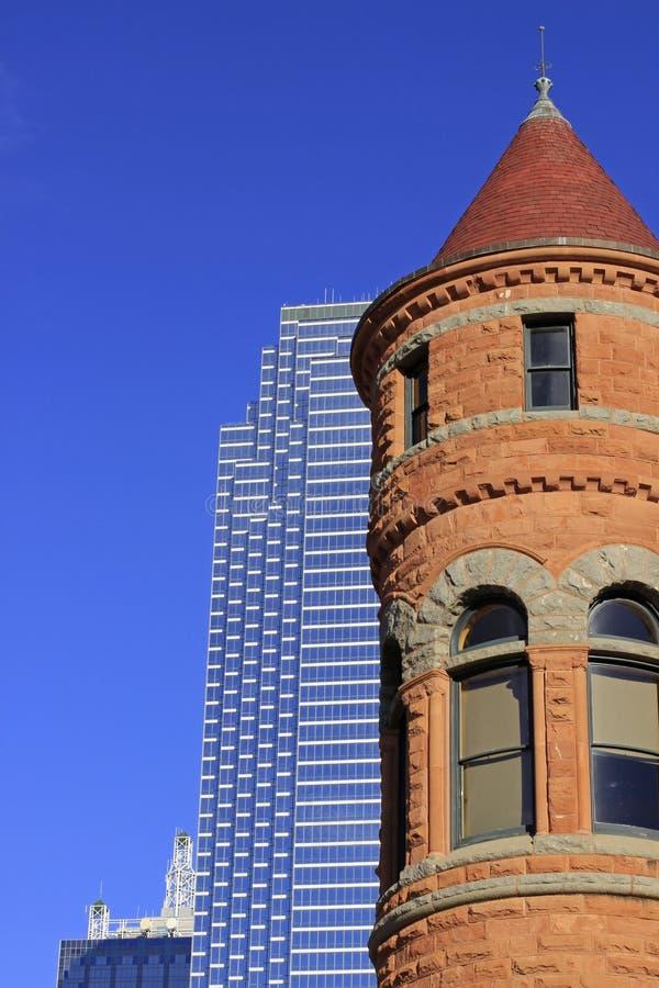 Im Stadtzentrum gelegener Dallas Skyscraper und teilweise Ansicht des alten roten Gericht-Museums h stockbilder