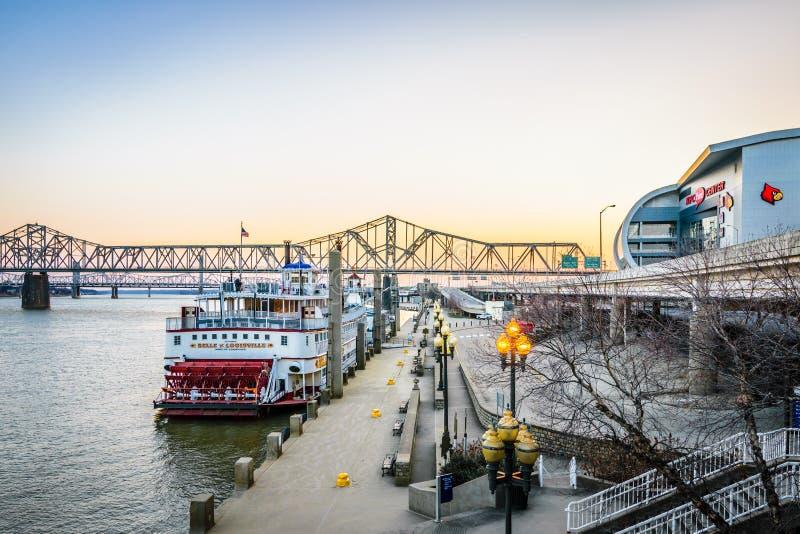 Im Stadtzentrum gelegener Flussufer Louisvilles Kentucky lizenzfreie stockbilder