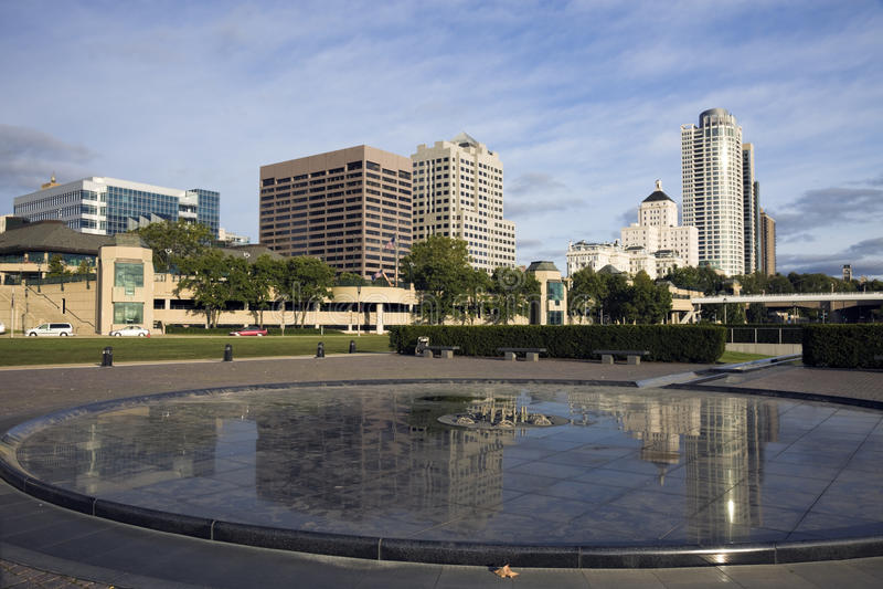 Im Stadtzentrum gelegener Milwaukee reflektiert stockfotos
