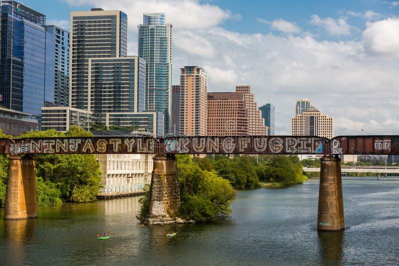Im Stadtzentrum gelegenes Austin auf der Pfluger Fußgängerbrücke und dem Colorado stockfoto