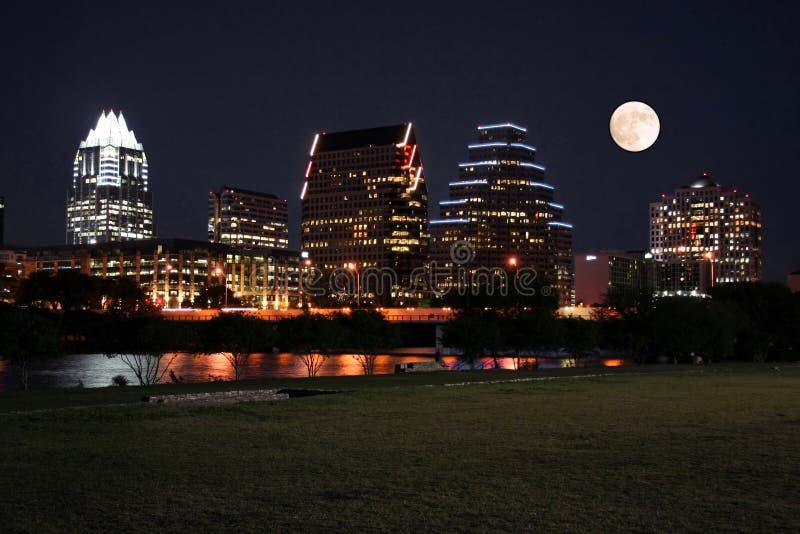 Im Stadtzentrum gelegenes Austin, Texas nachts mit Mond lizenzfreies stockfoto