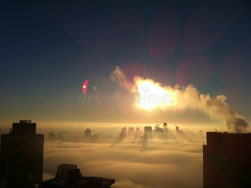 Im Stadtzentrum gelegenes Brooklyn auf einem bewölkten Morgen mit dem Sonnenaufgang lizenzfreies stockfoto