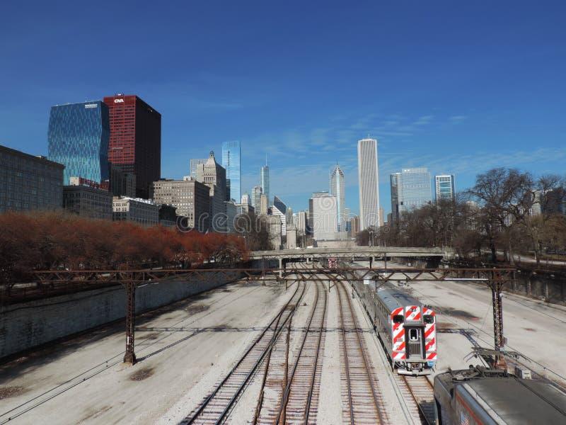 Im Stadtzentrum gelegenes Chicago mit Bahngleisen stockfotos
