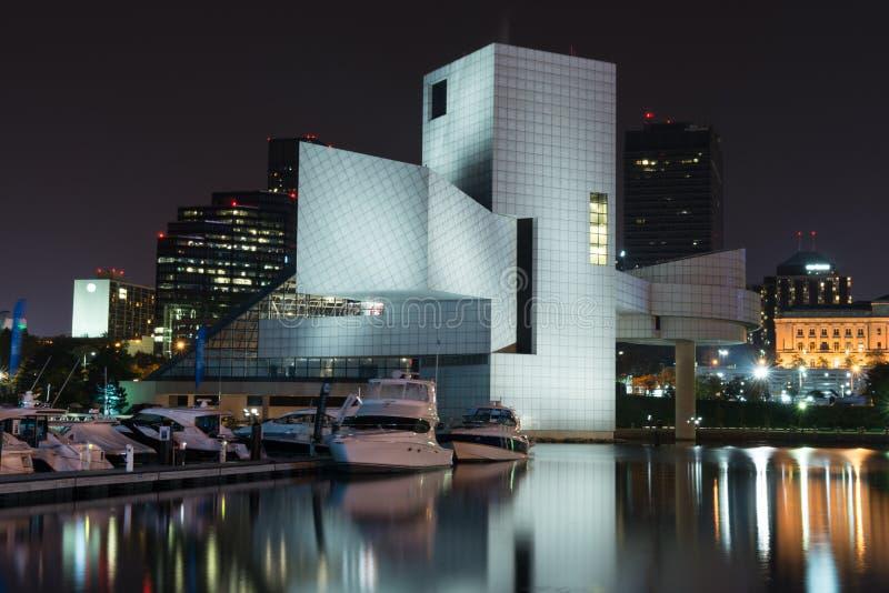 Im Stadtzentrum gelegenes Cleveland mit dem Rock-and-Rollmuseum stockbild
