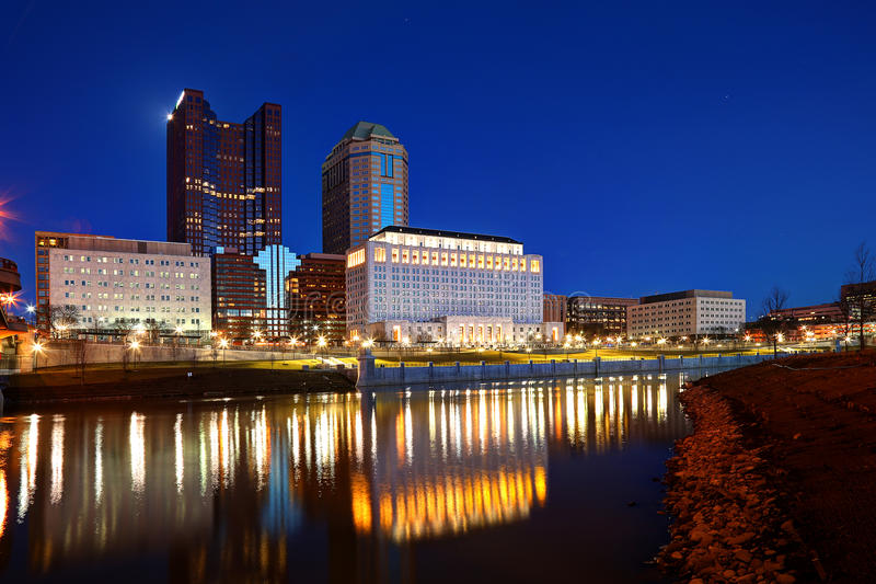 Im Stadtzentrum gelegenes Columbus, Ohio an der Dämmerung lizenzfreies stockbild