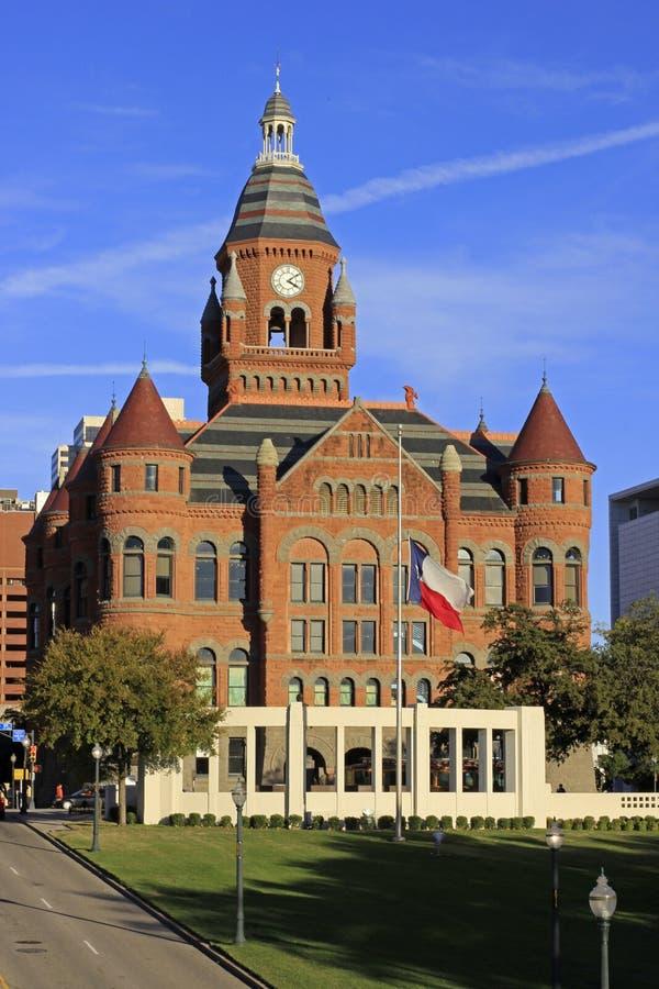 Im Stadtzentrum gelegenes Dallas mit altem rotem Gericht-Museum lizenzfreie stockfotos