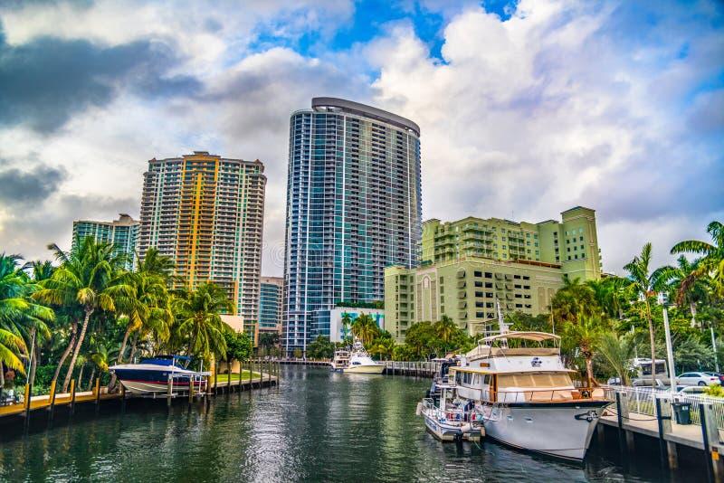 Im Stadtzentrum gelegenes Fort Lauderdale, Skyline Floridas, USA von der Wasserstraße stockfotografie