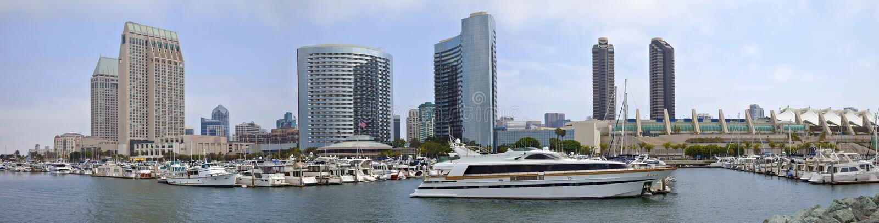 Im Stadtzentrum gelegenes Gebäudepanorama San Diego-Jachthafens. lizenzfreie stockbilder