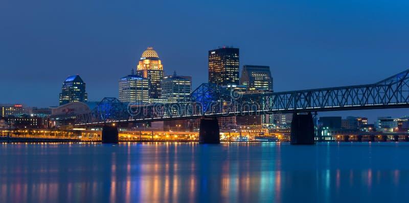 Im Stadtzentrum gelegenes Louisville nachts stockfotos