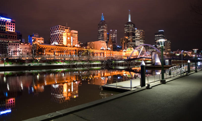 Im Stadtzentrum gelegenes Melbourne bis zum Nacht lizenzfreie stockbilder