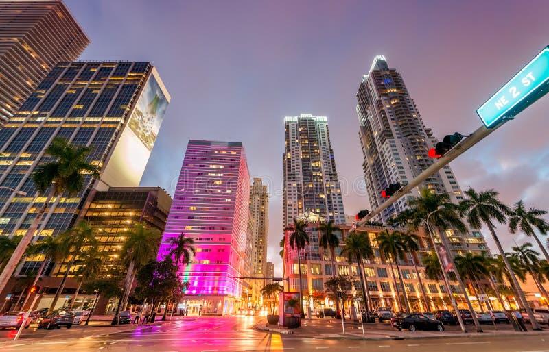 Im Stadtzentrum gelegenes Miami an der Dämmerung Stadtgebäude gegen den Himmel stockfotografie