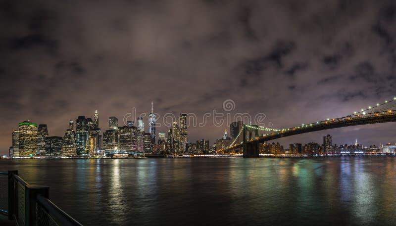 Im Stadtzentrum gelegenes Panorama New York City Manhattan nachts mit den Wolkenkratzern belichtet über East River stockfoto