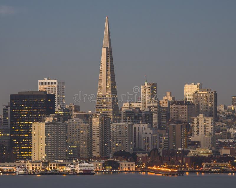 Im Stadtzentrum gelegenes San Francisco in früher Morgen-Licht 2 lizenzfreies stockfoto