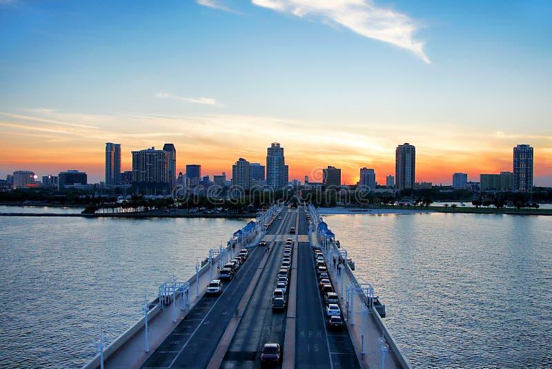 Im Stadtzentrum gelegenes St Petersburg bei Sonnenuntergang lizenzfreie stockfotos