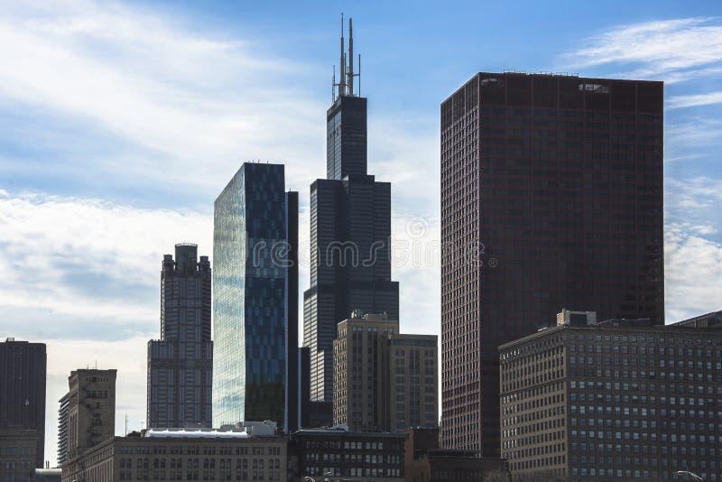 Im Stadtzentrum gelegenes Stadtbild Chicagos mit Wolkenkratzer-, Antennen- oder Vogelaugenansicht, bewölkter Tag stockfotografie