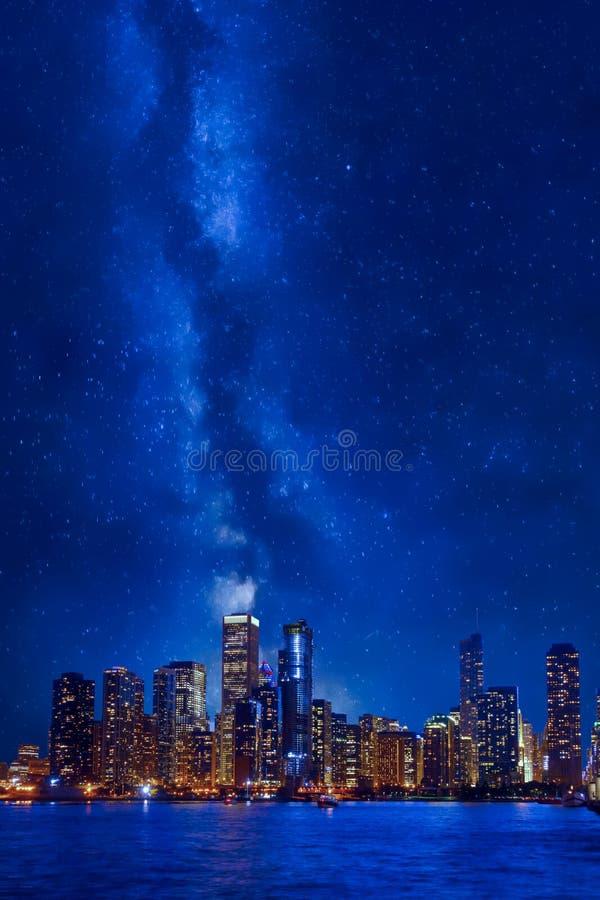 Im Stadtzentrum gelegenes Stadtbild Nachtzeit-Chicagos lizenzfreie stockfotos