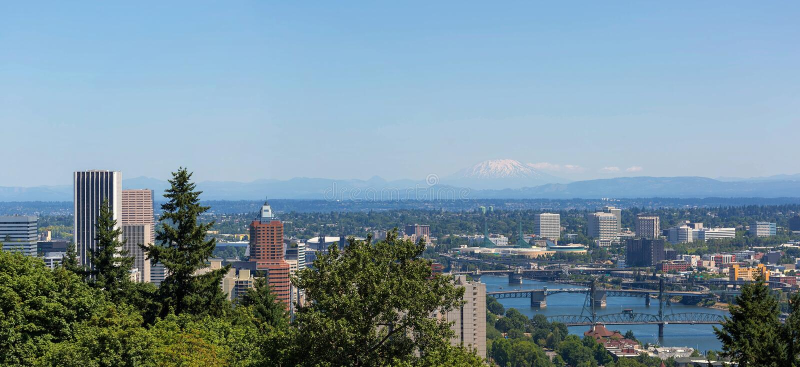 Im Stadtzentrum gelegenes Stadtbild und Brücken Portlands an einem klaren blauen Tag in Oregon stockfoto